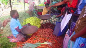 HIKKADUWA, SRI LANKA - FEBRUAR 2014: Lokaler Mannverkauf und -leute, die an Hikkaduwa-Markt kaufen Markt Hikkaduwa Sonntag ist be stock footage