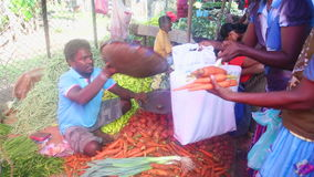 HIKKADUWA, SRI LANKA - FEBRUAR 2014: Lokaler Mannverkauf und -leute, die an Hikkaduwa-Markt kaufen Markt Hikkaduwa Sonntag ist be stock video footage