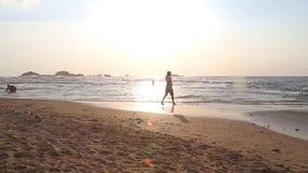 HIKKADUWA, SRI LANKA - FEBRUAR 2014: Setzen Sie Ansicht in Hikkaduwa im Sonnenuntergang mit den Wellen auf den Strand, die den St stock footage