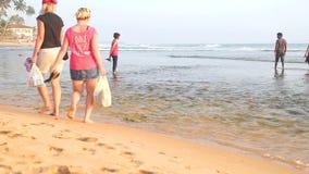 HIKKADUWA, SRI LANKA - FEBRUAR 2014: Setzen Sie Ansicht in Hikkaduwa im Sonnenuntergang mit den Wellen auf den Strand, die den St stock video
