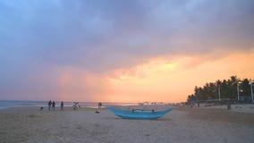 HIKKADUWA, SRI LANKA - FEBRUAR 2014: Traditionelles Fischerboot auf Hikkaduwa-Strand bei Sonnenuntergang Hikkaduwa ist für sein s stock video