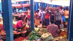 HIKKADUWA SRI LANKA - FEBRUARI 2014: Lokaler som köper och säljer livsmedel på Hikkaduwa, marknadsför Den Hikkaduwa söndag markna lager videofilmer