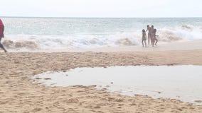 HIKKADUWA SRI LANKA - FEBRUARI 2014: Lokaler som tycker om stranden och spelar i bränningen Vågor är mycket starka och inte många stock video