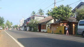 HIKKADUWA, SRI LANKA - FEBRUARI 2014: Mening van lokaal verkeer in Hikkaduwa Hikkaduwa is een kleine stad op de Sluik zuidenkust  stock footage