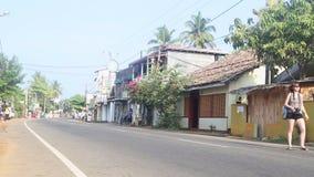HIKKADUWA, SRI LANKA - FEBRUARI 2014: Mening van lokaal verkeer in Hikkaduwa Hikkaduwa is een kleine stad op de Sluik zuidenkust  stock videobeelden