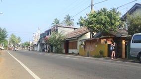 HIKKADUWA, SRI LANKA - FEBRUARI 2014: Mening van lokaal verkeer in Hikkaduwa Hikkaduwa is een kleine stad op de Sluik zuidenkust  stock video