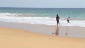 HIKKADUWA SRI LANKA, LUTY, - 2014: Widok Hikkaduwa plaża i dzieciaki cieszymy się w oceanie podczas gdy fala bryzgają Hikkad zbiory