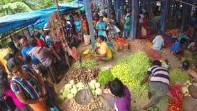 HIKKADUWA, SRI LANKA - MÄRZ 2014: Ansicht beschäftigten und gedrängten Sonntags-Marktes mit Frischware stock video