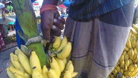 HIKKADUWA, SRI LANKA - MÄRZ 2014: Ansicht des Mannes Bananen für den Verkauf am lokalen Markt zubereitend stock video footage