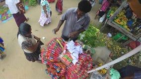 HIKKADUWA, SRI LANKA - MÄRZ 2014: Ansicht des Mannes Räucherstäbchen im Großen Korb am Sonntags-Markt verkaufend stock video