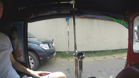 HIKKADUWA, SRI LANKA - MÄRZ 2014: Ansicht vom tuktuk auf den bunten Straßen von Hikkaduwa stock video