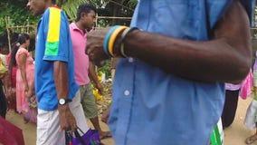 HIKKADUWA, SRI LANKA - MÄRZ 2014: Ansicht von Kunden am Sonntags-Markt Märkte Sri Lankan bekannt für seine breite Palette von fre stock video footage