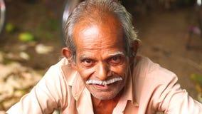HIKKADUWA, SRI LANKA - MÄRZ 2014: Das Porträt des lokalen Mannes mit dem Schnurrbart, der an Markt Hikkaduwa Sonntag, bekannt für stock footage