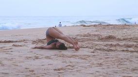 HIKKADUWA, SRI LANKA - MÄRZ 2014: Die Ansicht einer Frau, die heraus auf den Strand in Hikkaduwa ausdehnt Hikkaduwa ist für seine stock video footage