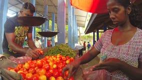 HIKKADUWA, SRI LANKA - MÄRZ 2014: Frau, die frische Früchte auf dem Markt Sri Lankan vom lokalen Verkäufer kauft stock video
