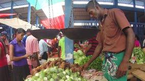 HIKKADUWA, SRI LANKA - MÄRZ 2014: Frau, die Frischgemüse auf dem Markt Sri Lankan vom lokalen Verkäufer kauft stock video footage