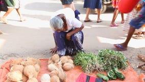 HIKKADUWA, SRI LANKA - MÄRZ 2014: Lokale Frau, die an Markt Hikkaduwa Sonntag, bekannt für seine breite Palette frischen a sitzt  stock video