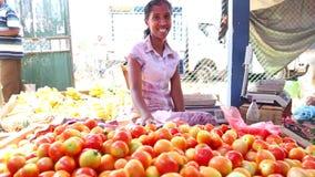 HIKKADUWA, SRI LANKA - MÄRZ 2014: Lokale Frau, die Tomaten an Markt Hikkaduwa Sonntag, bekannt für seine breite Palette von frisc stock footage