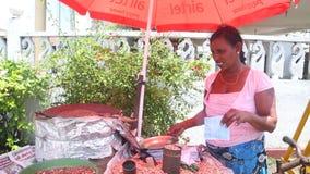 HIKKADUWA, SRI LANKA - MÄRZ 2014: Lokale Frau, die Trockenfisch an Markt Hikkaduwa Sonntag, bekannt für seine breite Palette von  stock footage