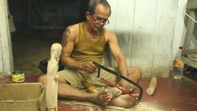 HIKKADUWA, SRI LANKA - MÄRZ 2014: Lokaler Bildhauer, der in seinem Shop in Hikkaduwa arbeitet Lokale Geschäfte in dieser Strandst stock video footage