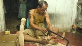 HIKKADUWA, SRI LANKA - MÄRZ 2014: Lokaler Bildhauer, der in seinem Shop in Hikkaduwa arbeitet Lokale Geschäfte in dieser Strandst stock footage