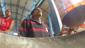 HIKKADUWA, SRI LANKA - MÄRZ 2014: Lokaler Mann, der auf seine Kunden am Markt, bekannt für seine breite Palette von frischem sitz stock video