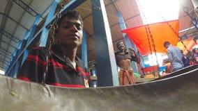 HIKKADUWA, SRI LANKA - MÄRZ 2014: Lokaler Mann, der auf seine Kunden am Markt, bekannt für seine breite Palette von frischem sitz stock video footage