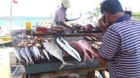 HIKKADUWA, SRI LANKA - MÄRZ 2014: Lokaler Mann, der Fische an Markt Hikkaduwa Sonntag, bekannt für seine breite Palette von frisc stock footage