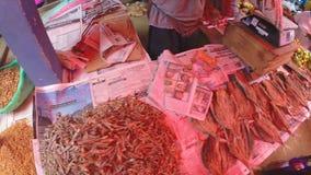 HIKKADUWA, SRI LANKA - MÄRZ 2014: Lokaler Mann, der sein Erzeugnis am Markt, bekannt für seine breite Palette des frischen und ma stock footage