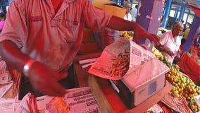 HIKKADUWA, SRI LANKA - MÄRZ 2014: Lokaler Mann, der sein Erzeugnis am Markt, bekannt für seine breite Palette des frischen und ma stock video footage