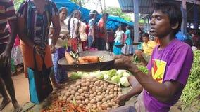 HIKKADUWA, SRI LANKA - MÄRZ 2014: Lokaler Mann, der sein Erzeugnis am Markt, bekannt für seine breite Palette des frischen und ma stock video