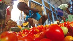 HIKKADUWA, SRI LANKA - MÄRZ 2014: Lokaler Mann, der seins Erzeugnis am Markt, bekannt für seine breite Palette von frischem und v stock footage
