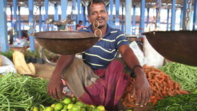 HIKKADUWA, SRI LANKA - MÄRZ 2014: Lokaler Mann, der seins Erzeugnis an Markt Hikkaduwa Sonntag, bekannt für seine breite Palette  stock video footage