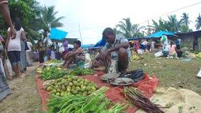 HIKKADUWA, SRI LANKA - MÄRZ 2014: Lokaler Mann, der am Sonntags-Markt sitzt und verkauft Märkte Sri Lankan bekannt für sein breit stock video footage
