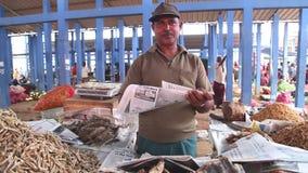 HIKKADUWA, SRI LANKA - MÄRZ 2014: Lokaler Mann, der Trockenfisch an Markt Hikkaduwa Sonntag, bekannt für seine breite Palette von stock video footage