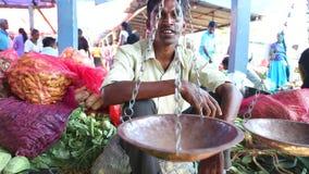HIKKADUWA, SRI LANKA - MÄRZ 2014: Lokaler Mann, der vor seiner Repartierung an Markt Hikkaduwa Sonntag, bekannt für sein breites  stock video