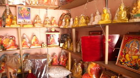 HIKKADUWA, SRI LANKA - MÄRZ 2014: Lokaler Souvenirladen in Hikkaduwa Hikkaduwa ist für seine schönen Strände berühmt stock video footage