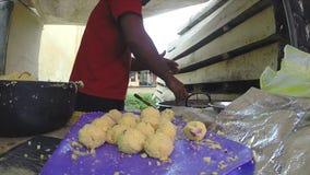 HIKKADUWA, SRI LANKA - MÄRZ 2014: Mann, der Lebensmittel auf der Seite der Straße kocht Straßenlebensmittel ist sehr allgemein, g stock video