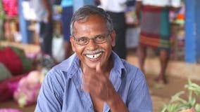 HIKKADUWA, SRI LANKA - MÄRZ 2014: Porträt des lokalen älteren lächelnden Mannes an Markt Hikkaduwa Sonntag, bekannt für seine bre stock footage