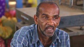 HIKKADUWA, SRI LANKA - MÄRZ 2014: Porträt des lokalen älteren Mannes an Markt Hikkaduwa Sonntag, bekannt für seine breite Palette stock video footage