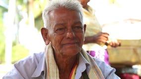 HIKKADUWA, SRI LANKA - MÄRZ 2014: Porträt des lokalen älteren Mannes an Markt Hikkaduwa Sonntag, bekannt für seine breite Palette stock footage