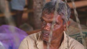 HIKKADUWA, SRI LANKA - MÄRZ 2014: Porträt des lokalen älteren Mannes an Markt Hikkaduwa Sonntag, bekannt für seine breite Palette stock video