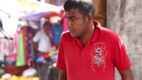 HIKKADUWA, SRI LANKA - MÄRZ 2014: Porträt des lokalen jungen Mannes an Markt Hikkaduwa Sonntag, bekannt für seine breite Palette  stock video