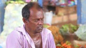 HIKKADUWA, SRI LANKA - MÄRZ 2014: Porträt des lokalen Mannes Gemüse an Markt Hikkaduwa Sonntag, bekannt für seine breite Palette  stock video footage