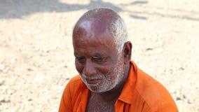 HIKKADUWA, SRI LANKA - MÄRZ 2014: Porträt des lokalen Mannes an Markt Hikkaduwa Sonntag, bekannt für seine breite Palette von fri stock video footage
