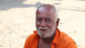 HIKKADUWA, SRI LANKA - MÄRZ 2014: Porträt des lokalen Mannes an Markt Hikkaduwa Sonntag, bekannt für seine breite Palette von fri stock video