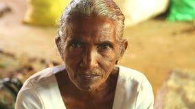 HIKKADUWA, SRI LANKA - MÄRZ 2014: Porträt einer älteren Frau an Markt Hikkaduwa Sonntag, bekannt für seine breite Palette von fri stock footage