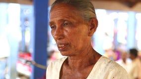 HIKKADUWA, SRI LANKA - MÄRZ 2014: Porträt einer älteren Frau an Markt Hikkaduwa Sonntag, bekannt für seine breite Palette von fri stock video