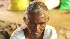 HIKKADUWA, SRI LANKA - MÄRZ 2014: Porträt einer älteren Frau an Markt Hikkaduwa Sonntag, bekannt für seine breite Palette von fri stock video footage