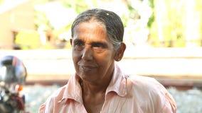 HIKKADUWA, SRI LANKA - MÄRZ 2014: Porträt einer lokalen älteren Frau an Markt Hikkaduwa Sonntag, bekannt für seine breite Palette stock video